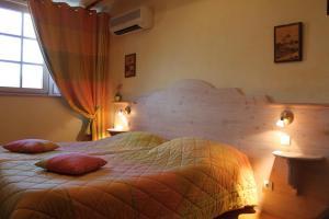 A bed or beds in a room at Hôtel Restaurant Le Schlossberg