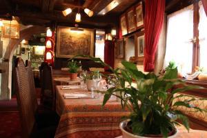 A restaurant or other place to eat at Hôtel Restaurant Le Schlossberg