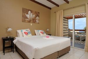 Een bed of bedden in een kamer bij Eden Beach Resort - Bonaire