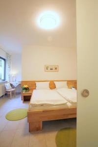 Ein Bett oder Betten in einem Zimmer der Unterkunft Flörsbacher Hof