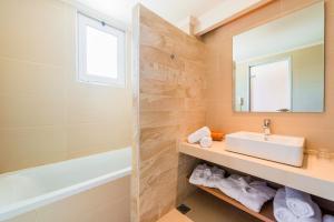 Kylpyhuone majoituspaikassa Afandou Bay Resort Suites