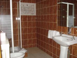 A bathroom at Bridge Guest House