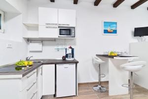 Cuisine ou kitchenette dans l'établissement Apartments and Rooms Kampanel
