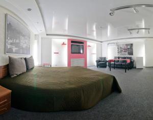 Кровать или кровати в номере Лайт Отель на Бебеля
