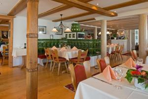 Ein Restaurant oder anderes Speiselokal in der Unterkunft Hotel Post Jungingen