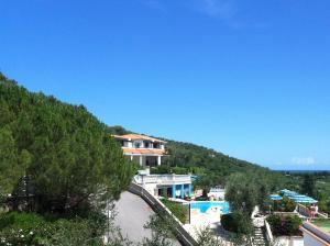 Vista sulla piscina di Residence Il Falco o su una piscina nei dintorni