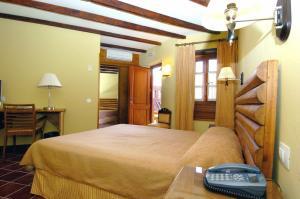 A bed or beds in a room at Hotel Rural Fonda de la Tea