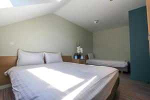 A bed or beds in a room at Maisons de Vacances Azur en Ardenne