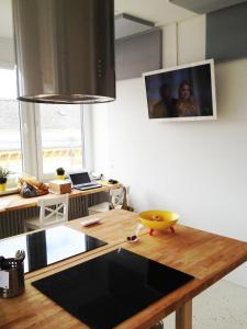 A television and/or entertainment center at Business Hostel Wiesbaden ONE