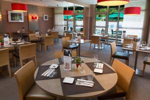 A restaurant or other place to eat at Mercure Strasbourg Aéroport