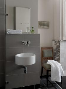 A bathroom at Boutique hotel Grote Gracht