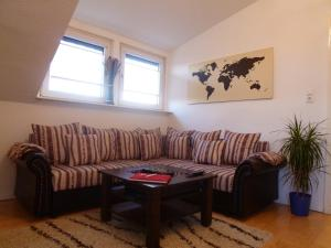 A seating area at Airport Apartment