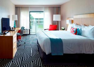 A bed or beds in a room at Wyndham Orlando Resort International Drive
