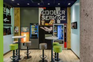 The lounge or bar area at ibis budget Aachen Nord