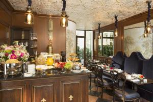 A restaurant or other place to eat at Hôtel Da Vinci & Spa