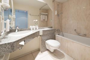 A bathroom at Leonardo Hotel Mönchengladbach
