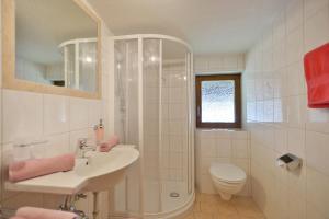 A bathroom at Gästehaus Sillaber-Gertraud Nuck