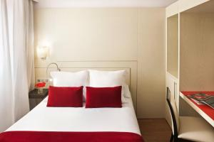 A bed or beds in a room at Grupotel Gravina