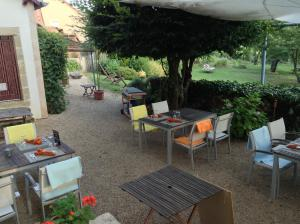A restaurant or other place to eat at Au Coeur de Meaulne