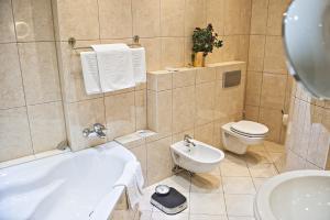 Ein Badezimmer in der Unterkunft Löwen Hotel