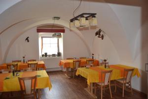 Ein Restaurant oder anderes Speiselokal in der Unterkunft Ubytování na Hájence