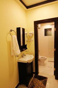 Um banheiro em Wardnal Furnished Units