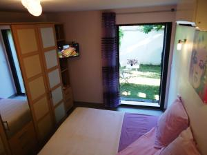 A bed or beds in a room at Pied à Terre en Ville