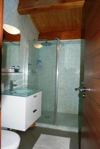 A bathroom at Pied à Terre en Ville