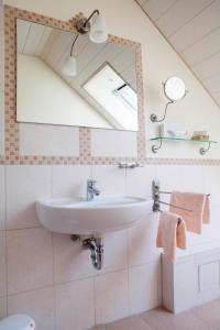 A bathroom at Privatvermietung Giese