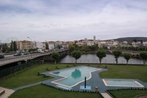 A view of the pool at Grande Hotel Dom Dinis or nearby
