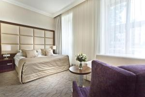 A bed or beds in a room at Kosher Hotel King David Prague