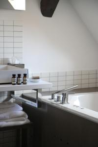 A bathroom at Hôtel Quatorze