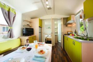 Kuhinja oz. manjša kuhinja v nastanitvi Premium Sirena Village Mobile Homes