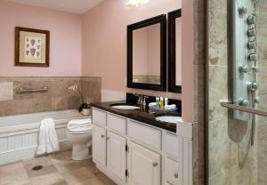 A bathroom at Lord Camden Inn