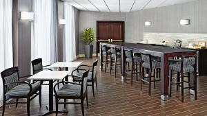 A restaurant or other place to eat at Sheraton Montreal Airport Hotel