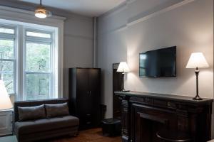 Télévision ou salle de divertissement dans l'établissement The Central Park North