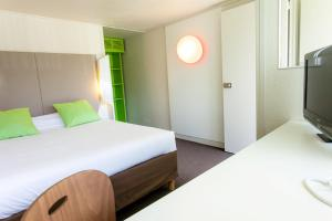 A bed or beds in a room at Campanile Montpellier Sud - A709