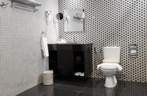 A bathroom at Strawberry Park Resort