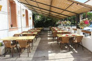 A restaurant or other place to eat at Hotel Restaurant La Camargue