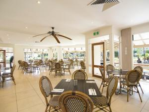 A restaurant or other place to eat at Oaks Sunshine Coast Oasis Resort