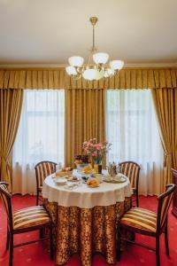 Un restaurante o sitio para comer en Hotel Kupechesky