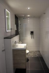 A bathroom at Hotel Oranjestaete