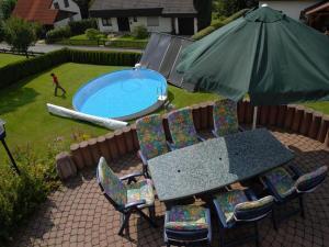 Ein Blick auf den Pool von der Unterkunft Pension Haus Wanninger oder aus der Nähe