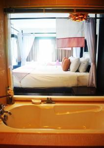 Кровать или кровати в номере Benyada Lodge - Surin Beach