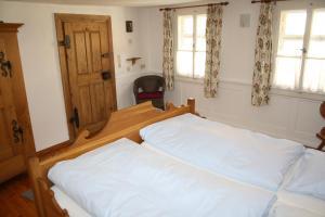 A bed or beds in a room at Zum alten Häusla