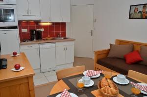 Een keuken of kitchenette bij Residence les Pleiades