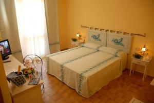 A bed or beds in a room at Le Nereidi Hotel Residence