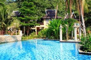 Der Swimmingpool an oder in der Nähe von Bhumiyama Beach Resort