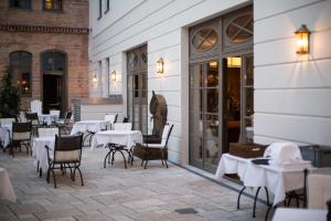 A restaurant or other place to eat at Monbijou Hotel