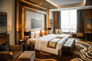 A bed or beds in a room at The Grand Fourwings Convention Hotel Bangkok